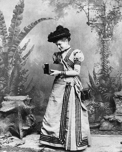 1895-a-woman-holds-an-ear-020